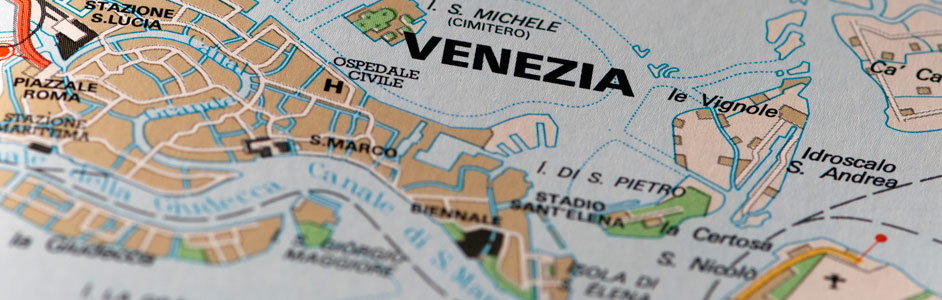 VENICE AIRPORT: SITUATION. The airport is very close to the city of venice.